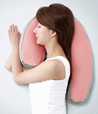 「スリープバンテージ」(3980円)。長時間使用しても耳に負担がかからないよう、耳があたる部分にくぼみがある。ロングテイル部分を前にすると抱き枕としても使える