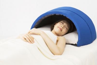 「かぶって寝るまくらIGLOO」(9800円)。中に自分の枕を入れて使用する。折りたためるので、収納にも困らない。幅72×奥行き55×高さ36cm。