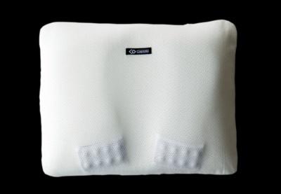 「マグーラ ライト」(1万2000円)。アスリートが遠征で持ち運ぶことを考慮し、640gと軽量化したという。メッシュ素材を三次元の立体構造にすることで、枕の柔軟性や高反発性、体圧分散性を高めている。横51×縦40×高さ7cm。医療機器認証番号取得