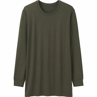 「ヒートテッククルーネックT(9分袖)・オリーブ」(990円)。シャツの袖口から見えづらい9分袖