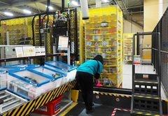 棚入れでは、商品の大きさに合った箇所に商品情報を登録して保管していく。収納する商品の基準は大きさと重さのみなので、本やシャンプーなど、異なるさまざまな商品が一つの棚に保管されている