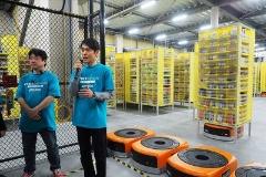 サイバーマンデーウィークと工場について説明するかせ川謙バイスプレジデント(右)と吉田工場長(左)