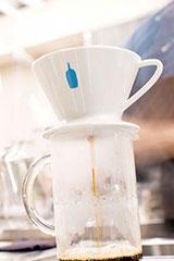 バリスタの藤岡響氏(下写真)が湯を注ぐ。少しすると、ドリッパーの底の穴からコーヒーが真っすぐに落ちてきた