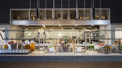 宿泊客にはペストリー、サンドイッチ、シリアル、フルーツ、温かいアイテムなどをそろえた朝食ブッフェを無料で提供