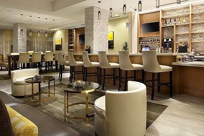 24時間営業のコーヒーバーでは夕方からカクテルやビールも飲める