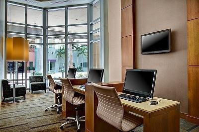 ギャラリーの一角にはパソコンを備えたビジネススペースも