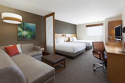 居住性を重視した客室には、ゆったりしたソファや大きなデスクを設置
