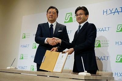 契約書に調印後、握手するハイアット 日本・ミクロネシア地区 シニア・ヴァイス・プレジデントの阿部博秀氏と相互物産の小澤真也社長