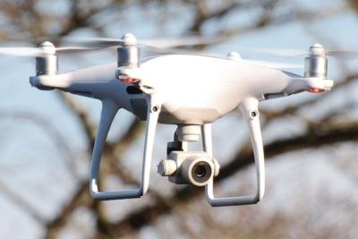 DJIの新ドローン「Phantom 4 Pro」。前機種から1年を経たずに新機種を投入した。カメラが大幅に進化したほか、安全装備も充実。2016年から出荷が始まっている