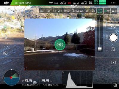 パイロットは、X4SやX5Sの映像とは別に、FPVカメラからの映像(中央)を見ながら操縦することが可能。タップフライなどの自動航行機能も、この映像を見ながら操作できる