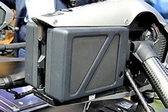 寒冷地で自身を温めるヒーター付きのバッテリー。片方が故障しても、もう片方で飛行して着陸できる