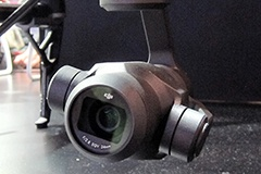 ジンバルを搭載したカメラ「Zenmuse X4S」。1型センサーとドローン専用に設計された24mm相当/F2.8のレンズを備える