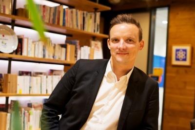 Alexandre Lebrun(アレクサンドル・ルブリュン)Facebook AI Research(FAIR)のエンジニアリング・マネージャーであり、MessengerのAIアシスタント「M」などのプロジェクト責任者。ソフトウエア開発者を対象に、音声認識機能と自然言語処理技術を提供していた企業Wit.aiの共同創立者兼CEOを務めていたが、2015年1月にFacebookが同社を買収したのを機に、Facebookに入社した