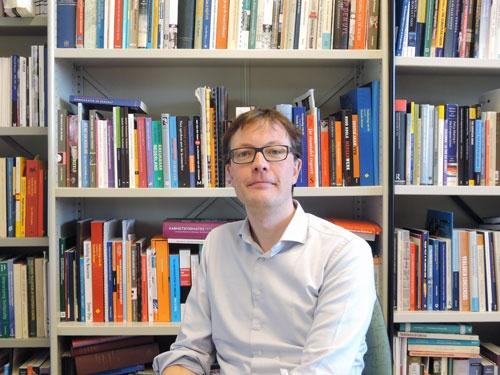 <b>ハンス・ボラード(Hans Vollaard)氏</b><br />オランダ・ライデン大学政治学部准教授。多政党間の協調と合意形成に基づくオランダ特有の民主主義をテーマに研究を続けている。オランダ国内のEU懐疑派政党の分析や、EU域内の医療制度のあり方などの研究も手がける。