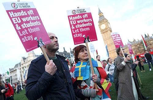 英上院が3月13日、EU(欧州連合)との離脱交渉を開始する権限をテリーザ・メイ首相に与える法案を可決した。これにより、メイ首相はいつでもEUに対して離脱を通告できるようになった。議会の外ではEU離脱法案に反対する人々が多数集まった(写真:ロイター/アフロ)