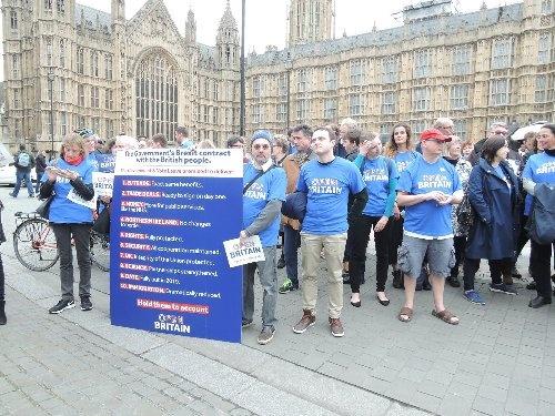 英国がEUに離脱を通知した当日も、英国会近くでは離脱に反対する集団の姿があった。