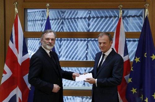 ドナルド・トゥスクEU大統領(右)にEU離脱の書簡を渡すティム・バロー駐EU英大使(左)(写真:ロイター/アフロ)