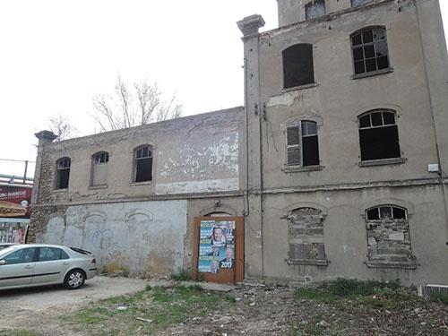 製鉄所の近くには、廃墟となったホテルがそのまま残っていた