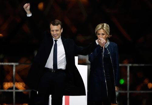 エマニュエル・マクロン(Emmanuel Macron)氏<br />1977年12月生まれ。39歳での大統領就任はフランス史上最年少となる。オランド現大統領が率いる政権で経済産業デジタル相を務めていたが、大統領選に出馬するため2016年に辞任。仏の名門、パリ政治学院と国立行政学院を卒業。英ロスチャイルド系の投資銀行で企業買収支援などを手掛けた。左派、右派どちらにも寄らない中道を掲げる。右は24歳年上の妻、ブリジットさん。(写真=AP/アフロ)