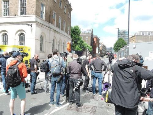 事件現場の周辺には大勢の報道関係者が詰めかけていた