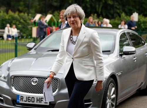 6月8日の英下院選挙当日、地元の投票所で投票したテリーザ・メイ英首相(写真:AP/アフロ)