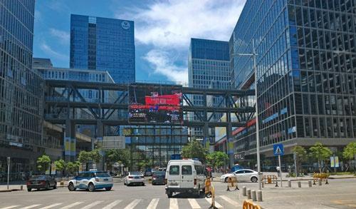 深圳・南山区の起業支援エリア。高層ビルが建ち並び、さらに新しいビルが建設されている