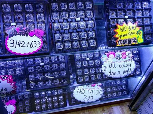 深圳の電気街で売っている監視カメラのマザーボード。最新のチップが発表されると、すぐ設計済みのマザーボードが手に入るのが「深圳での1週間はシリコンバレーでの1カ月」と呼ばれるスピードのもとになっている