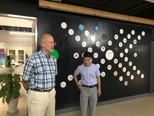 Steven White教授(左)。MBAホルダーで、MITから移籍してきた。後述するx-labでのメンターと、Dream courseのプログラム作成などをしている。 今回の取材は、北京の環境系ベンチャー北京国能環科環保科技で働きつつ、清華大学にも留学していた佐野史明氏(右)に大きくサポートしていただいた。佐野氏は北京のベンチャーコミュニティを日本にも広める活動をしている