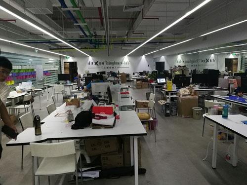 3Dプリンタなどの工作機械がそろったx-labのプロトタイピングスペース