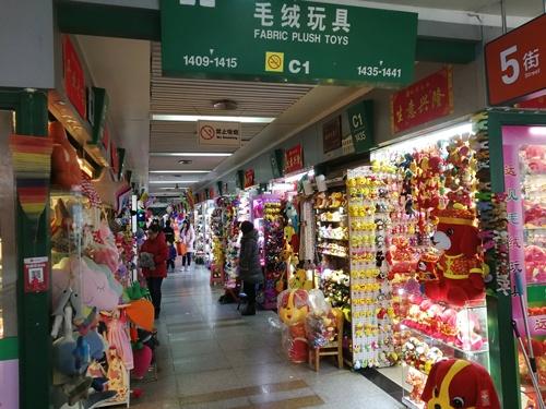 世界最大の市場と呼ばれる義烏マーケット。店舗数7万以上と言われ、世界中からあらゆる雑貨を仕入れにバイヤーが集まる