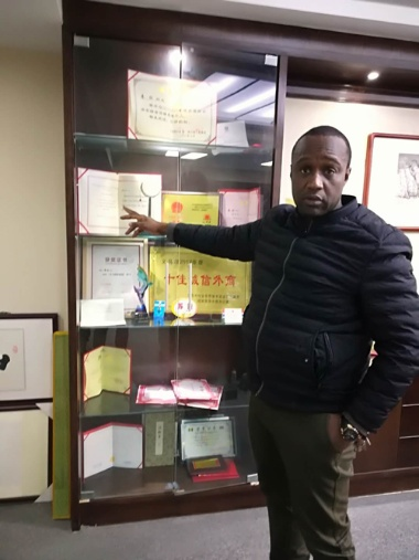 Tiera SOURAKHATA(文中ではソーラ氏とする)氏。中国での活動が認められ、セネガルの大統領顧問も務める。(写真:伊藤亜聖)