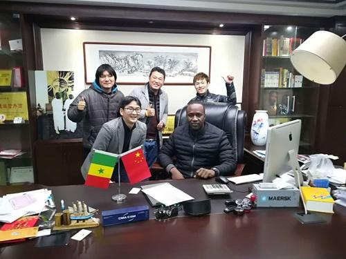 取材中にも多くの友人がソーラ氏のオフィスを訪れる。素晴らしくフレンドリーな人柄が国籍にかかわらず多くの人たちを引きつけている