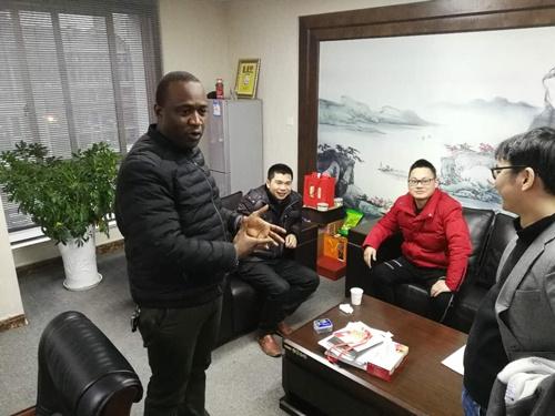 ソーラ氏のオフィスには、夕方になると仕事を終えたさまざまな人がお茶を飲みに来る。この日も2人の中国人が遊びに来ていた