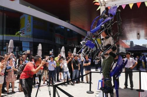 """日本から深圳に招聘された外骨格ロボ「<a href=""""https://skeletonics.com/"""" target=""""_blank"""">スケルトニクス</a>」。沖縄高専の学生が卒業後に起業し、今も長崎のハウステンボスなどでこのロボットを見ることができる。"""