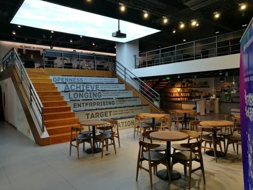 通販大手JD.Comが経営するカフェ。ここで頻繁にベンチャー企業のプレゼンが行われている。奥にはJDが支援したベンチャーのハードウェアたちが並ぶ