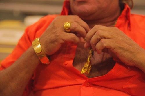 「ジャブ・デ・オーロ」は、5キロを超える金を着けて現れた (c)Eduard MAKINO