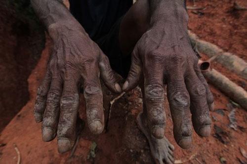 40年以上ツルハシを握り続けたガリンペイロの手  (c)Eduard MAKINO