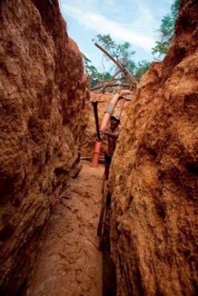 カスカーリョの層まで掘り進めた「穴」。掘る作業はすべて「人力」で行われる。ガリンペイロは1日の殆どを穴の中で水浸しになって過ごす (c)Eduard MAKINO