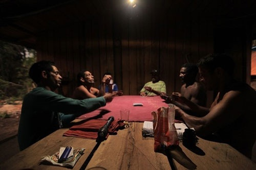 連日のようにカード賭博が開かれる。新入りたちはあえなくカモにされた  (c)Eduard MAKINO