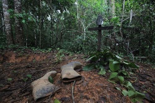 金鉱山の片隅にあった名もなきガリンペイロの墓  (c)Eduard MAKINO