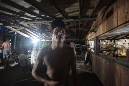 日曜日、男たちは売店に集まり、1日中飲み、踊る (c)Eduard MAKINO