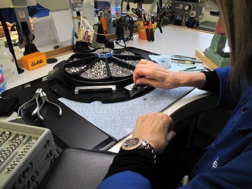 組み立て工程。磨き工程で磨かれた部品を、治具を使って組み立てていく。繊細な作業で、職人は女性が多いのだそうだ