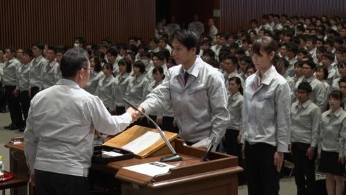 豊田社長から辞令を受けた海陽の卒業生