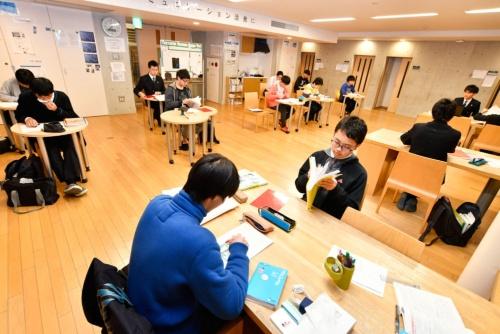 寮内で自習に励む海陽の生徒(写真:早川俊昭)
