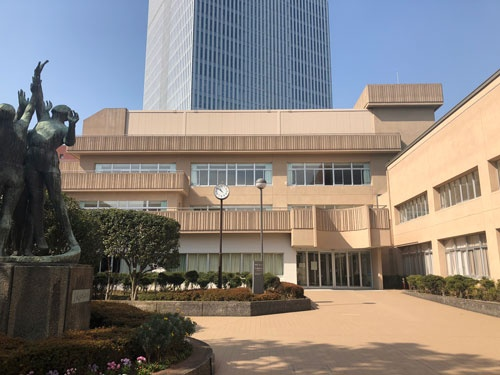 永田町の議員会館や日枝神社に囲まれた超一等地に位置する日比谷高校