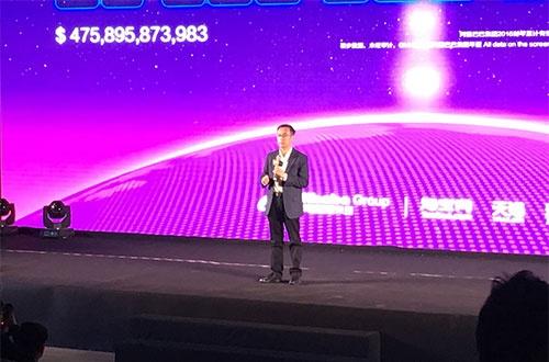3兆元突破を受けてあいさつするアリババの張勇CEO(最高経営責任者)