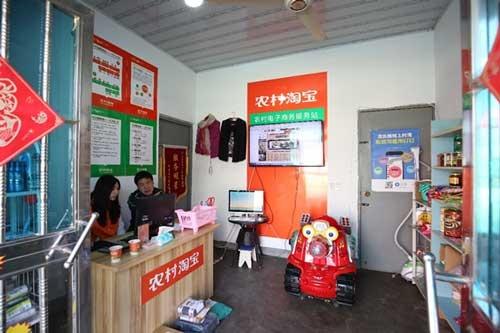 農村タオバオの店内。この日、店を訪れた蔡南洋(ツァイ・ナンヤン、55歳)さんは、店長の洪雲(ホン・ユン、29歳)さんと相談して絵画を購入していた