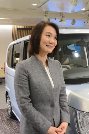 「男勝りと思いきや、女性らしくてびっくり」と後輩の女性らから憧れの眼差しで見られることも多い、鈴木麻子さん。傍らは販売好調のN-BOX。