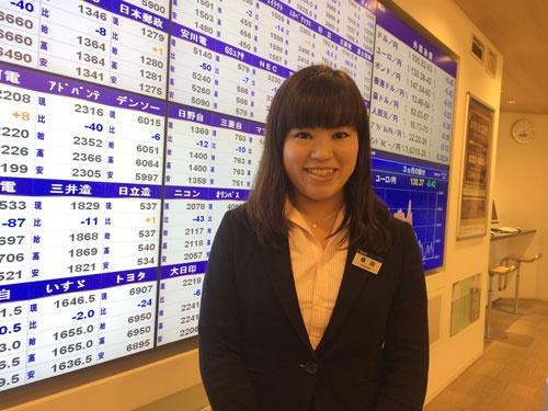 みずほ証券の権田麻衣さん。「(課長とは)女性なのにすごいね」と顧客から  言われることも多いという