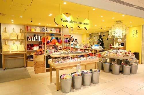 ルミネエスト新宿に開いた菓子店「Yesterday's tomorrow」。全国800を超す種類の菓子が並ぶ。右が量り売りコーナー「ぐるぐる」